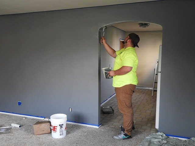 maluje pokój